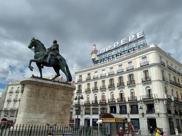 Madrid-Puerta-del-Sol-III-Károly-szobor-Tío-Pepe-reklám